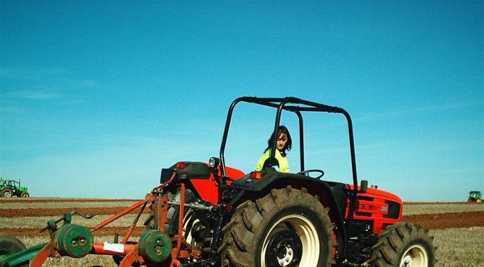 Una mujer, realizando labores agrícolas. Foto: ASAJA Salamanca
