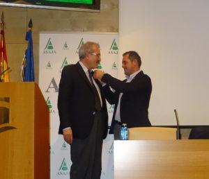 Juan Luis Delgado, poniendo la insignia de oro al secretario general, Juan Sánchez Brunete. Foto ASAJA Salamanca