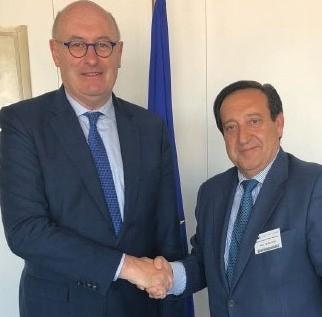 El comisario europeo, Phil Hogan, y el presidente de ASAJA Nacional, Pedro Barato.