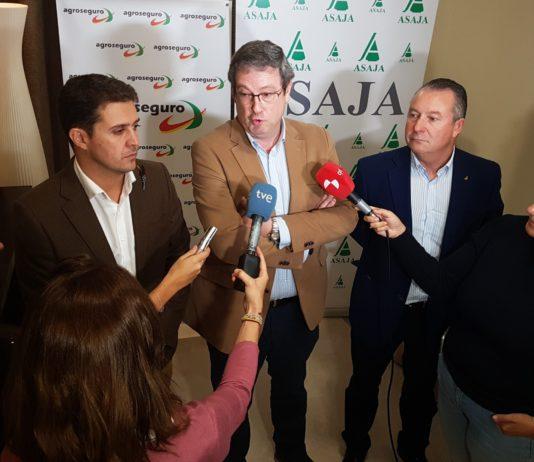 Álvaro de la Hera, gerente de ASAJA Palencia; José Ignacio García Barasoain, responsable de Agroseguro; y Donaciano Dujo, presidente de ASAJA Castilla y León.
