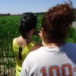 Dos mujeres jóvenes, en un campo de Salamanca.