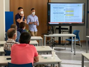 Miguel Cabezas y José Manuel Gómez, expertos en tarifas eléctricas, durante la jornada informativa en ASAJA Salamanca.