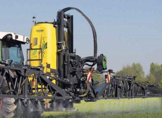agricultor en labores de aplicación de herbicida