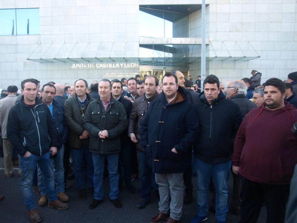 ASAJA Valladolid con con los ganaderos de leche de ovino en la protesta ante la Consejería