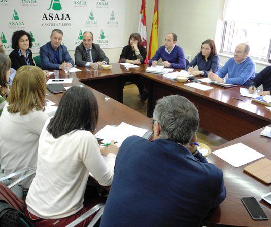 El equipo técnico de ASAJA plantea al director general las dudas sobre la PAC de los agricultores y ganaderos